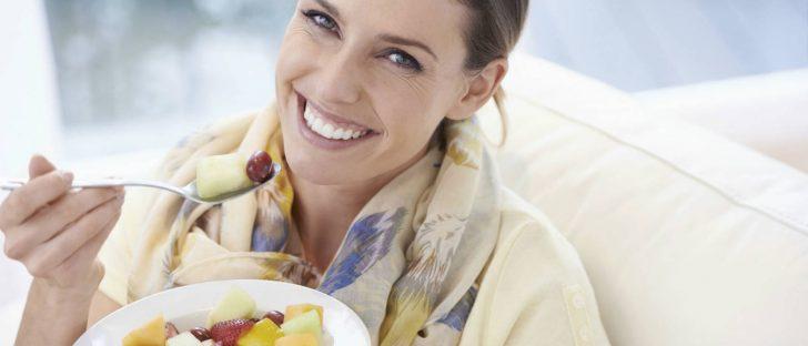woman-eating-fruit-salad1